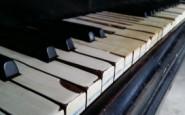 En el piano de la Escuela 7
