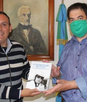 El intendente recibió el libro «El Automovilismo que yo viví» de Carlos Marincovich