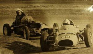 Ruben Bianchini en su auto llamado Requejo-Jeep, dobla delante de Rolando Sotro.