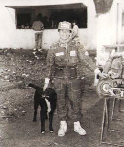 Una postal de Norberto Fontana, casi niño, acompañado por Bielita en los boxes del circuito Costanero de Arrecifes.